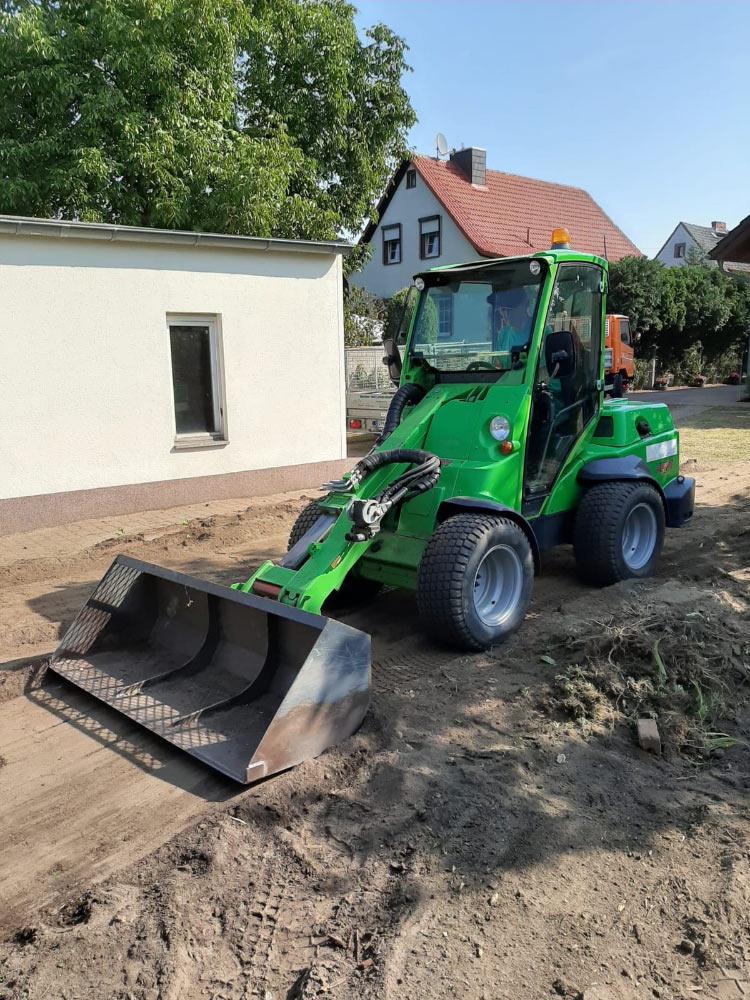 Bagger bei Gartengestaltung in Cottbus
